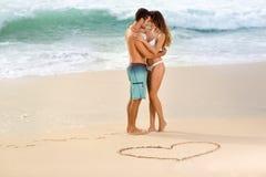 Couples d'amour sur la plage photographie stock libre de droits