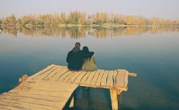 Couples d'amour sur le brise-lames en bois Photographie stock libre de droits