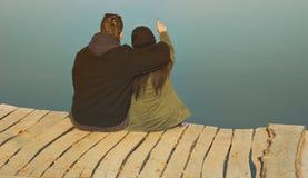 Couples d'amour sur le brise-lames en bois Images stock