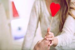 Couples d'amour tenant le coeur rouge de valentines Image libre de droits