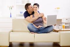 Couples d'amour utilisant l'ordinateur portable Images libres de droits