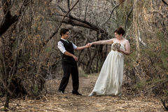 Couples d'amusement dansant ensemble Photographie stock