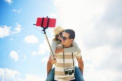 Couples d'amusement prenant un selfie ferroutant Image libre de droits