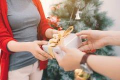 Couples d'Asiatique de Noël Un homme bel donnant son amie/wif Photographie stock