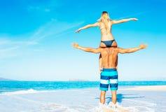 Couples d'Atractive ayant l'amusement sur la plage Images libres de droits
