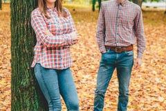 Couples d'automne des personnes marchant en parc Image stock