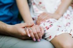 Couples d'engagement tenant des mains Photographie stock