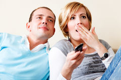 Couples d'expression de TV Photos stock