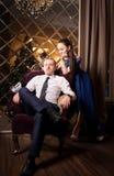 Couples d'histoire d'amour dans l'intérieur de luxe charme Images libres de droits
