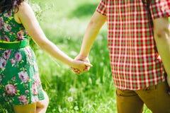 Couples d'histoire d'amour de pays dans le pré vert d'été Photographie stock libre de droits