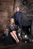 Couples d'histoire d'amour se reposant dans l'intérieur de luxe, Saint Valentin Relations Romance Photographie stock libre de droits