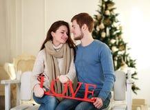 Couples d'hiver dans l'amour sur des décorations de vacances Image libre de droits