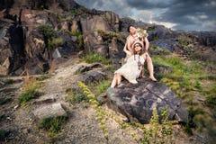 Couples d'homme des cavernes dans la peau d'animal Photographie stock