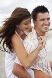 Couples d'homme et de femme ayant l'amusement romantique sur la plage Images libres de droits