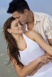 Couples d'homme et de femme dans l'étreinte romantique Photos stock