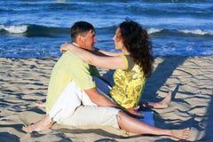 Couples d'homme et de femme dans l'étreinte romantique sur la plage Photographie stock