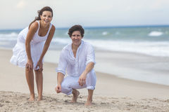Couples d'homme et de femme ensemble sur une plage Images libres de droits