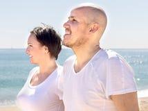 Couples d'homme mûr et de femelle marchant près de la mer Photographie stock