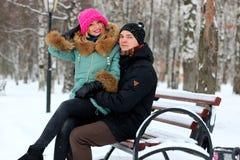 Couples d'horaire d'hiver d'amants images stock