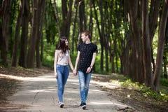 Couples d'Inlove faisant un tour dans la forêt Photographie stock libre de droits
