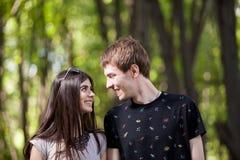 Couples d'Inlove faisant un tour dans la forêt Images stock