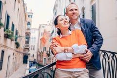 Couples d'Inlove sur la vieille rue de Venise photos libres de droits