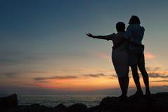 Couples d'Inlove sur le littoral au temps de coucher du soleil Image stock