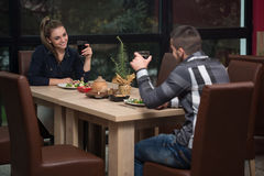 Couples d?nant dans un restaurant Photos stock
