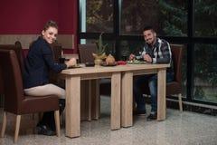 Couples d?nant dans un restaurant Photographie stock libre de droits