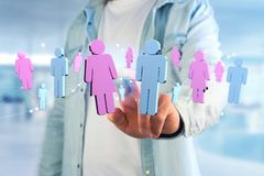 Couples d'un homme et d'une réunion de femme sur l'Internet - renderi 3D Photographie stock