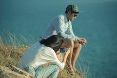 Couples d'un plus jeune homme et d'une femme prenant la photo par le téléphone intelligent Photo libre de droits