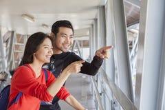 Couples d'un plus jeune regard de déplacement asiatique d'homme et de femme Image libre de droits