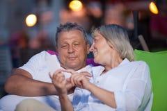 Couples d'une cinquantaine d'années affectueux ayant une causerie intime Photo stock