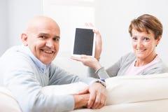 Couples d'une cinquantaine d'années amicaux attrayants Photos libres de droits