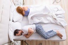 Couples d'une cinquantaine d'années ayant des problèmes et la crise Image stock