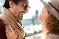 Couples d'une cinquantaine d'années de sourire se reposant dans la ville Photographie stock