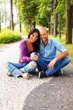 Couples d'une cinquantaine d'années dehors Photo stock