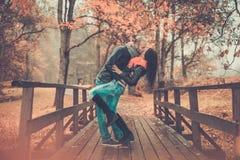 Couples d'une cinquantaine d'années dehors le jour d'automne Images stock