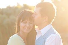 Couples d'une cinquantaine d'années heureux dans l'amour dehors Image stock
