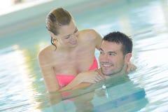 Couples d'une cinquantaine d'années heureux dans la piscine Image stock