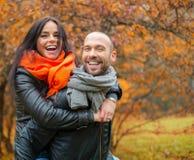 Couples d'une cinquantaine d'années heureux le jour d'automne Image stock