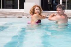 Couples d'une cinquantaine d'années mignons dans une piscine Photographie stock libre de droits