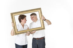 Couples d'une cinquantaine d'années regardant l'un l'autre avec amour Photos stock