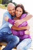 Couples d'une cinquantaine d'années sur une plage Photo libre de droits