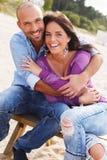 Couples d'une cinquantaine d'années sur une plage Image stock