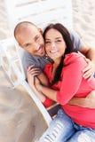 Couples d'une cinquantaine d'années sur une plage Photos libres de droits