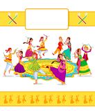 Couples Dandiya de exécution illustration de vecteur
