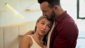 Couples dans étreindre d'amour À l'intérieur d'un café clips vidéos