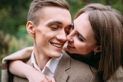 Couples dans d'amour des contacts tendrement par leurs nez Nouveaux mariés heureux mariage dessin-modèle photographie stock libre de droits