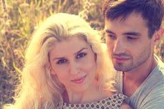 Couples dans d'amour l'été ensemble heureux Photo libre de droits